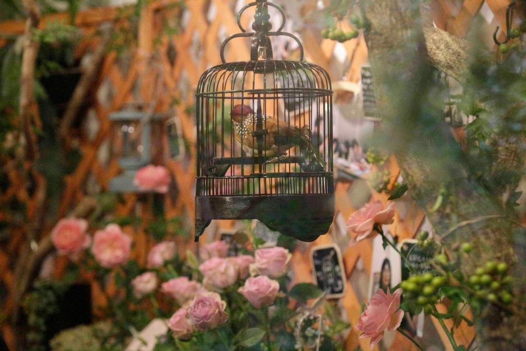 故人が好きだったスズメと薔薇、ガーデニングをモチーフにした空間作り