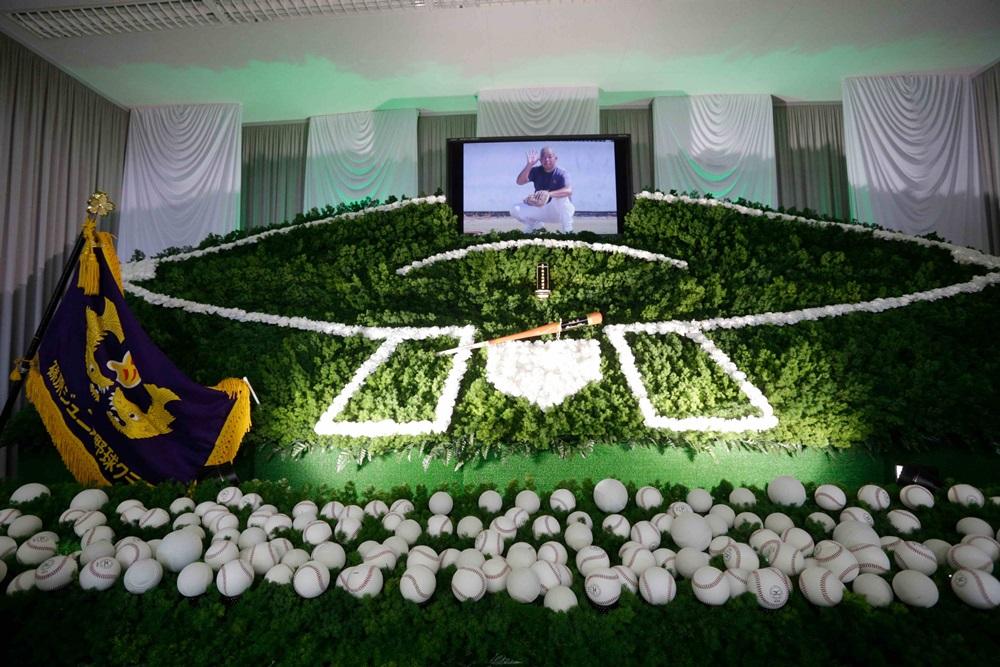 野球のバットやチームの団旗を配置した祭壇