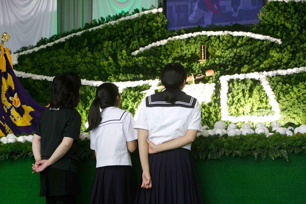 祭壇の前で故人を偲ぶご参列者