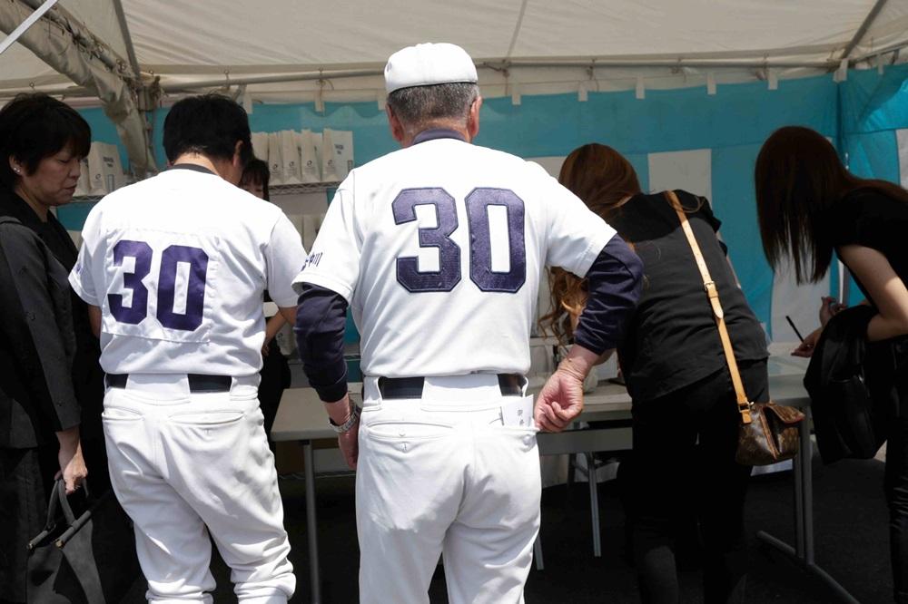 野球仲間がユニフォーム姿で参列